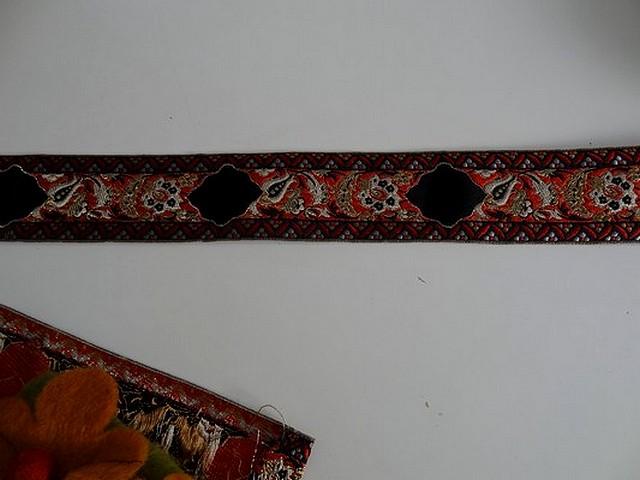 Passementerie frise cachemire or rouge noir 2