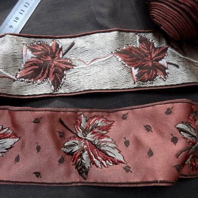 Passementerie vieux rose motif feuille brodee 1