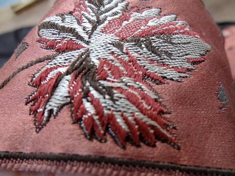 Passementerie vieux rose motif feuille brodee 3
