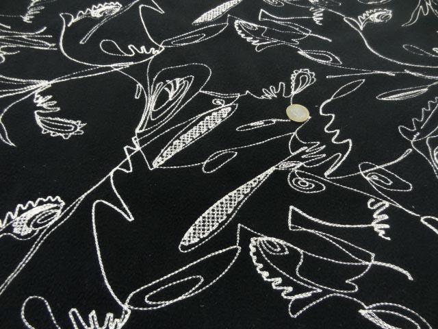 Polaire noire surbrodée motifs beige