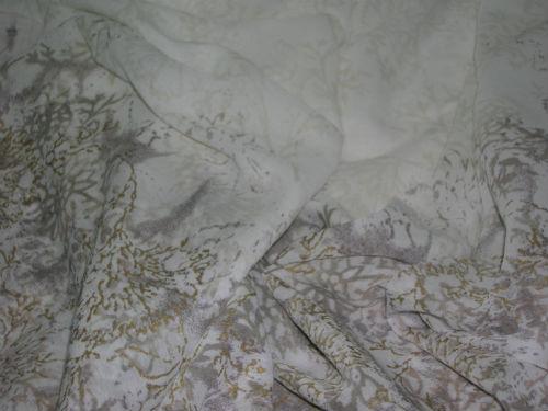 Polyester crepon blanc avec embase fleurs or et gris 1