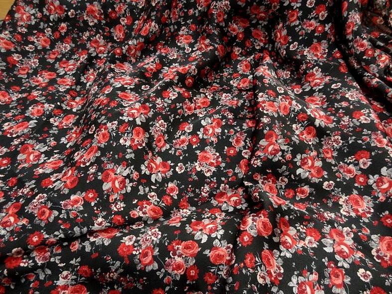 Polyester fin satin fond noir roses rouges 1