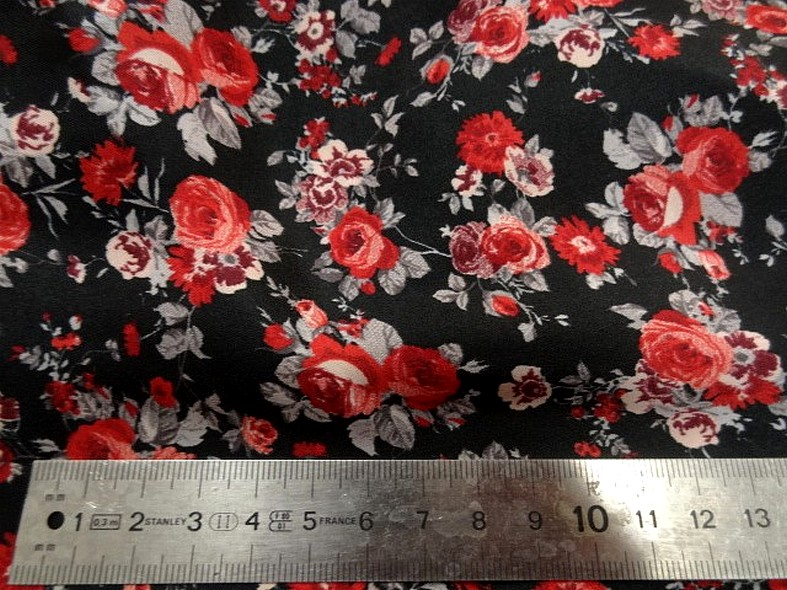 Polyester fin satin fond noir roses rouges 2