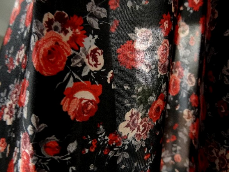 Polyester fin satin fond noir roses rouges 3