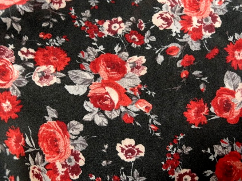 Polyester fin satin fond noir roses rouges 4