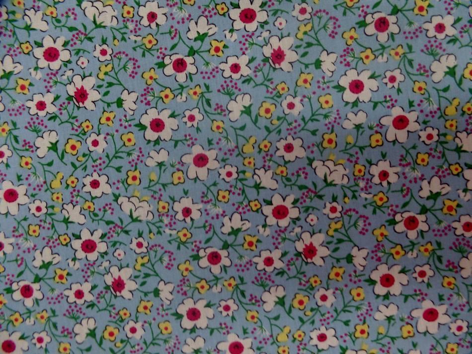 Popeline coton bleu imprime liberty fleurs blanche jaune et rouge