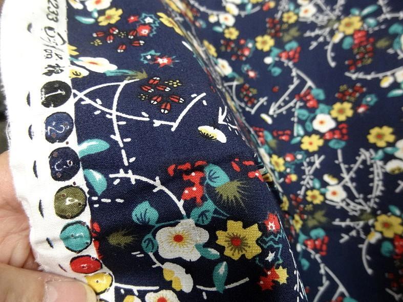 Popeline coton bleu marine fleurs et tiges rouge et jaune 3