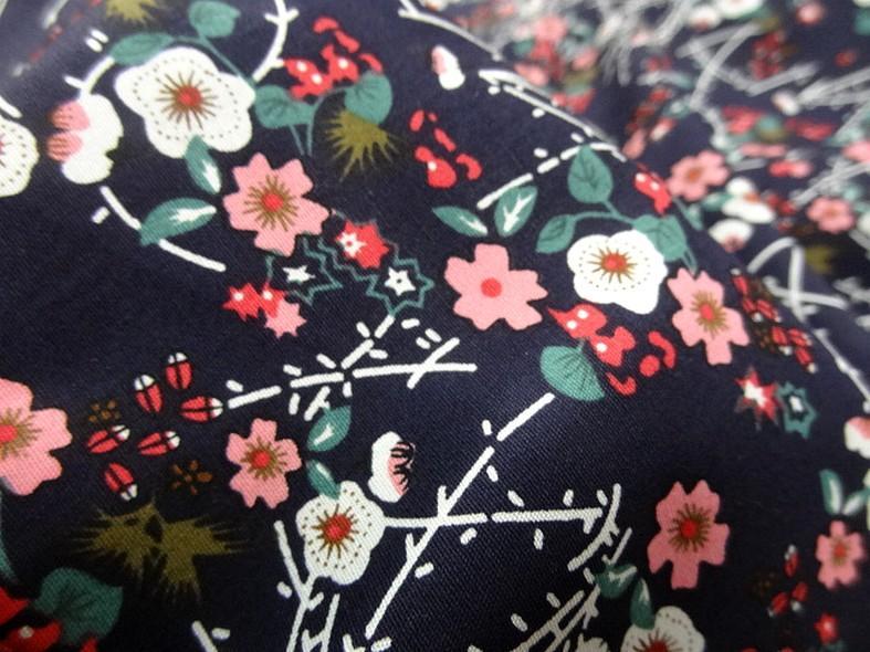 Popeline coton bleu nuit fleurs et tiges rose