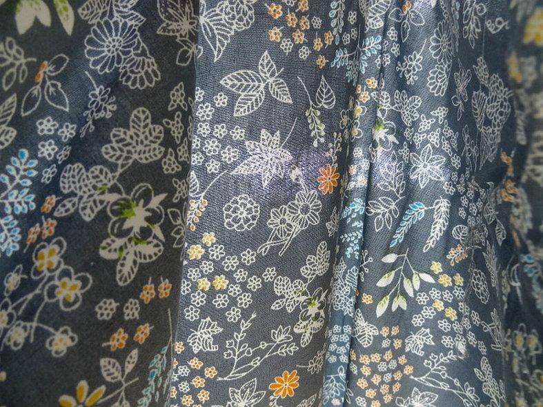 Popeline coton fond gris fleurs squelettes