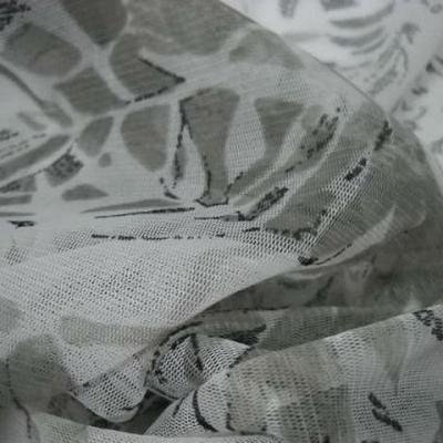 Resille blanche motif feuillage gris kaki 2