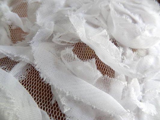 Résille blanc cassé tissu cousu en volutes 04