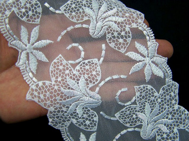Resille dentelle en galon blanc brodee fleurs de lys 5