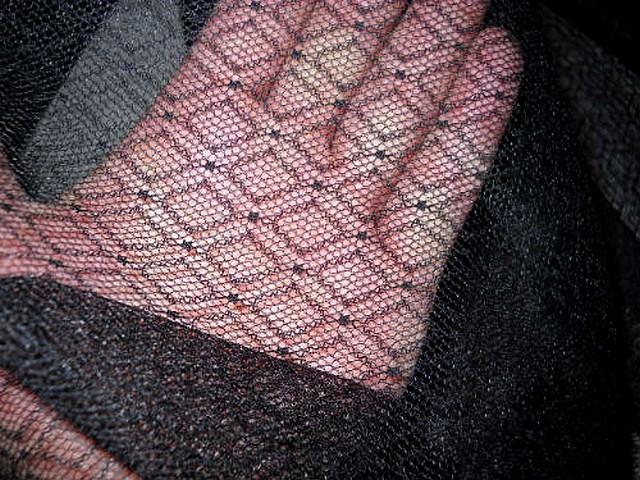 Resille fine noire motif petit carreaux 2