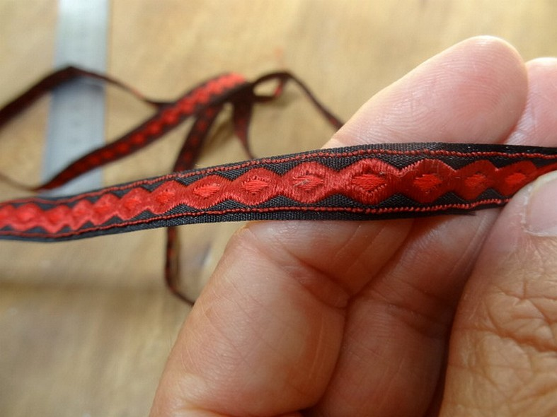 Ruban brode rouge motif infini 3