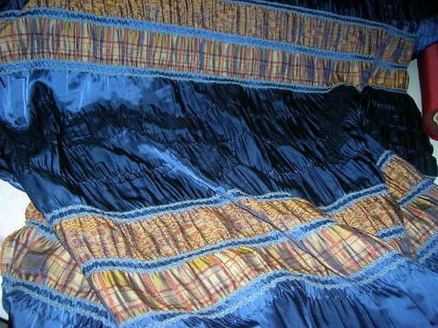 Satin bleu saphir fronce frises ocres 1