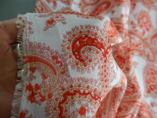 Satin blanc cachemire rouge 03