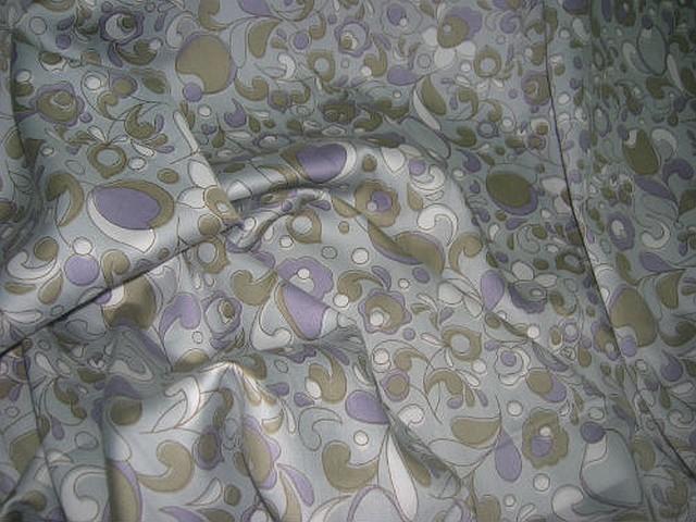 Satin coton gris clair arabesque de fleurs mauve taupe 2