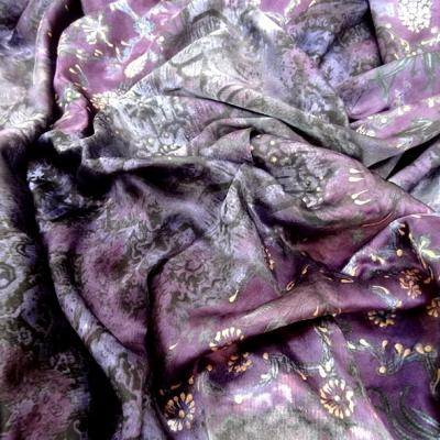 Satin coton viscose prune et violet fleuri