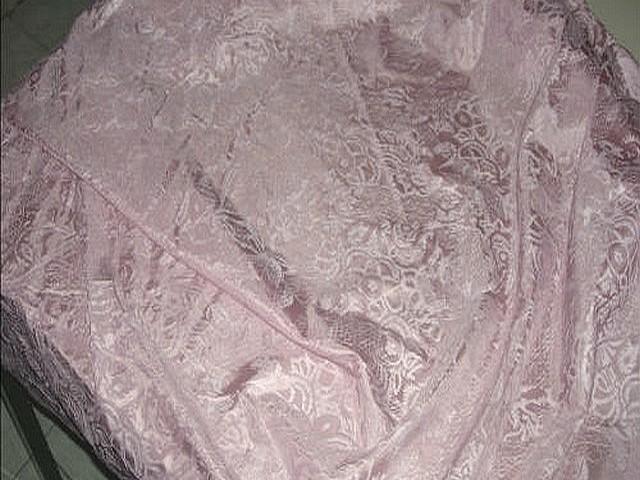 Satin de soie rose poudre applications velours ras 3