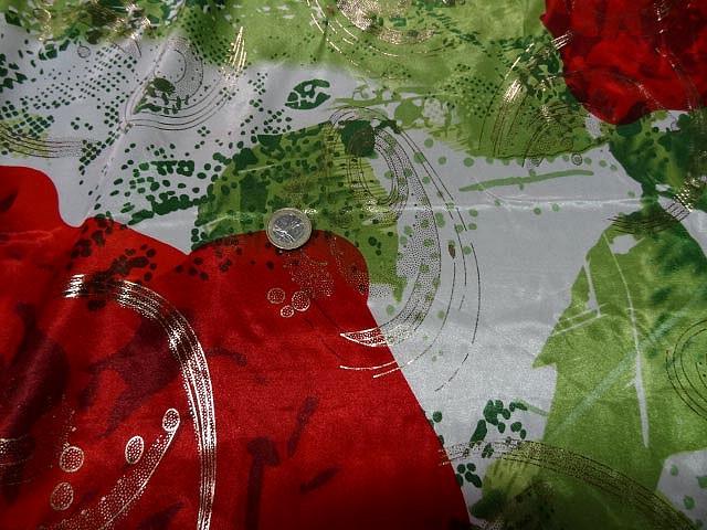 Satin lycra roses rouges fond feuillage vert 1
