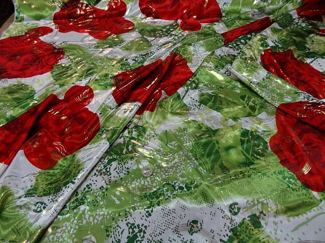 Satin lycra roses rouges fond feuillage vert 2