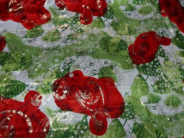 Satin lycra roses rouges fond feuillage vert 3