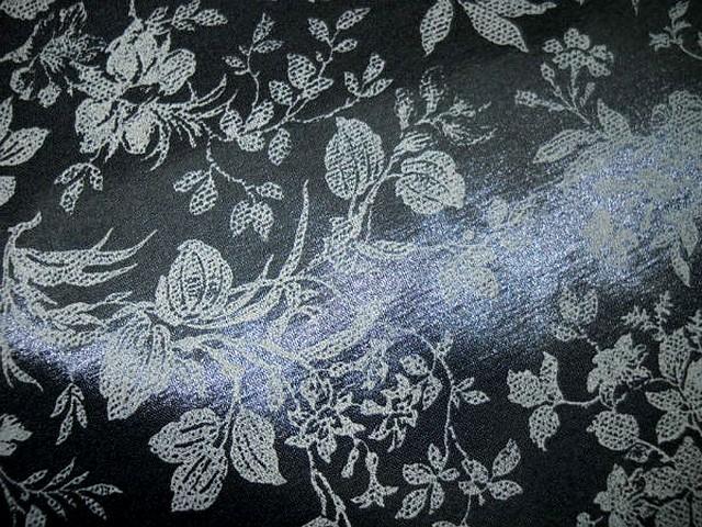 Satin viscose noir motif dentelle de fleurs sable 2