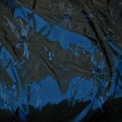 Taffetas bleu noir rebrode de rubans formant des fleurs