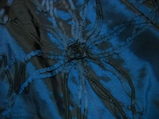 Taffetas bleu noir rebrode de rubans formant des fleurs 2