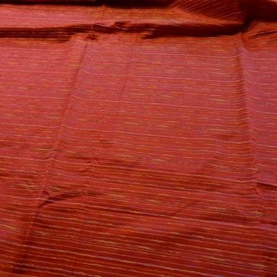 Taffetas cerise brodé de fils en rayures 001