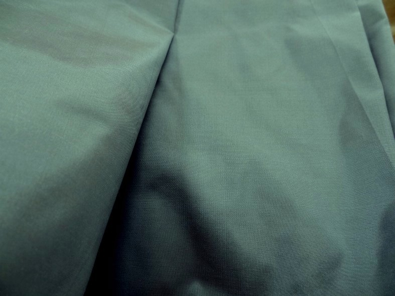 Taffetas de soie bleu acier beige 3