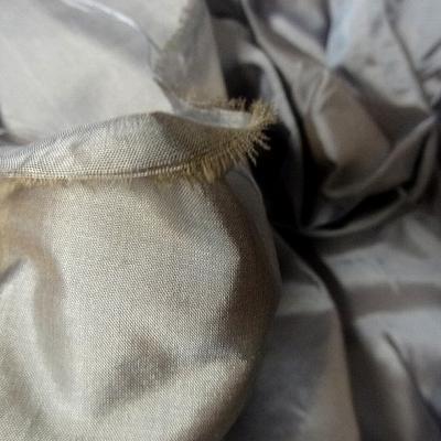 Taffetas de soie gris argente et beige clair 2