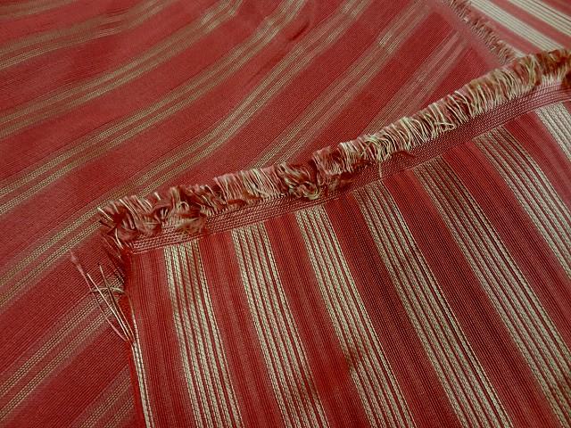Taffetas de soie rouge raye or style empire
