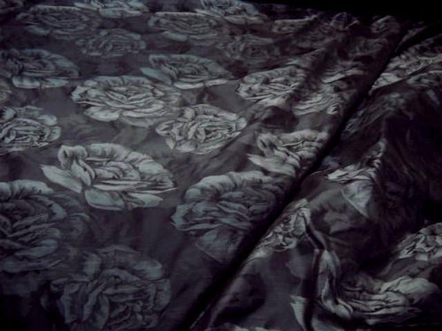 Taffetas noir motifs grosses roses grises 1