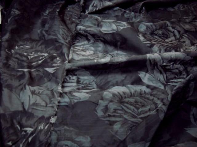 Taffetas noir motifs grosses roses grises 2