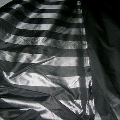 Taffetas noir raye gris metal 1