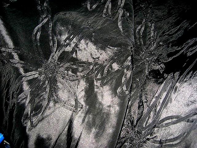 Taffetas noir rebrode de rubans formant des fleurs 1