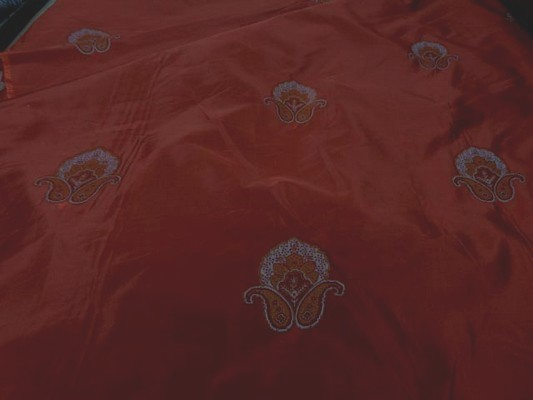 Taffetas rouge profond brode medaillons 1