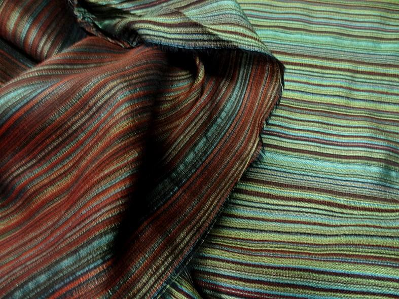 Tissu en laine et soie melangees fines rayures teintes vert et bordeaux 1