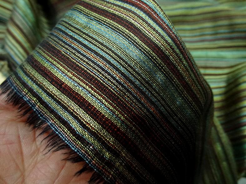 Tissu en laine et soie melangees fines rayures teintes vert et bordeaux 2