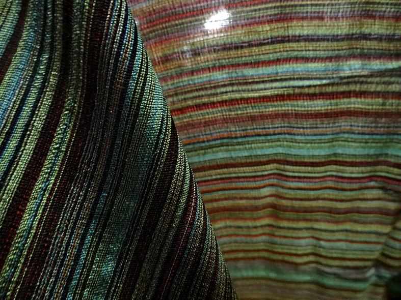 Tissu en laine et soie melangees fines rayures teintes vert et bordeaux 3