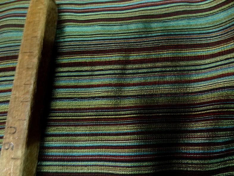 Tissu en laine et soie melangees fines rayures teintes vert et bordeaux 5