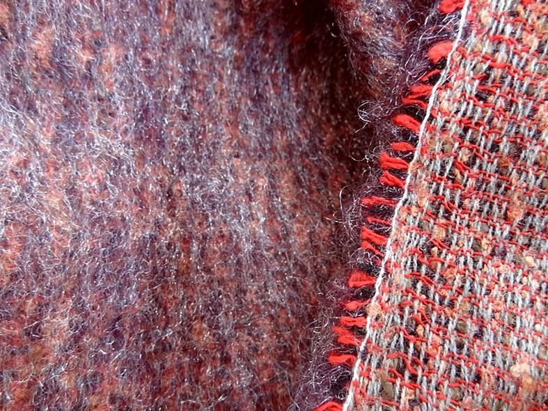 Tissu laine mohair et polyester melanges chine corail et prune 3