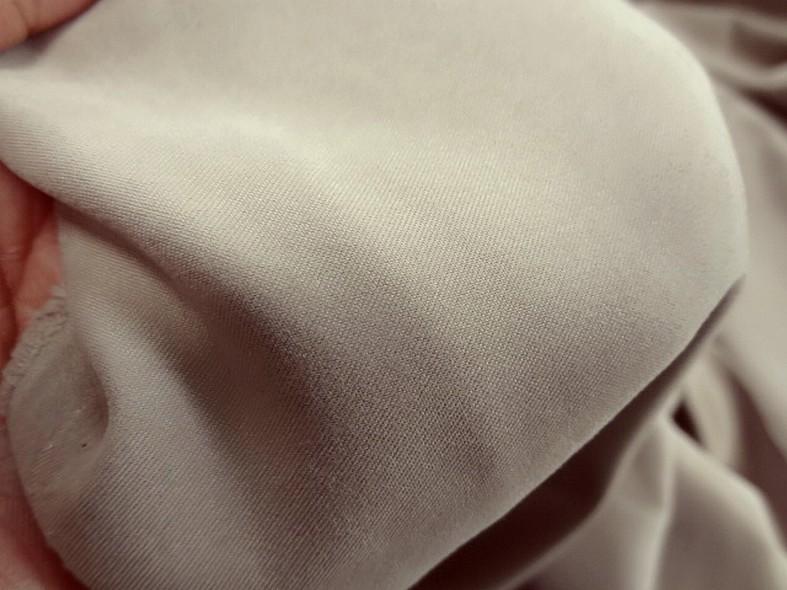 Tissu peau de peche beige envers satin 3