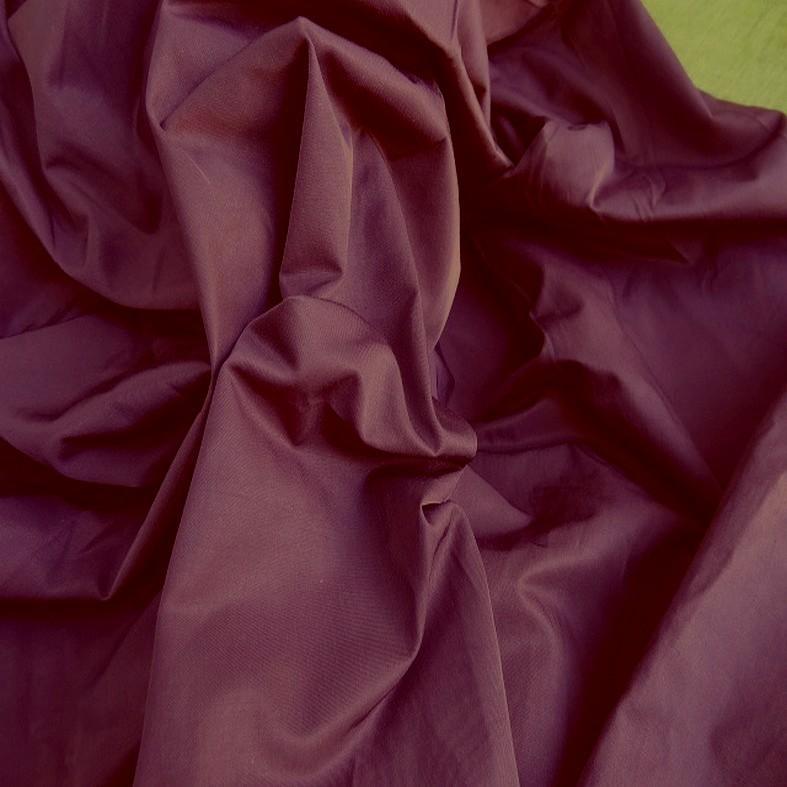 Tissu poly satine teinte prune 3