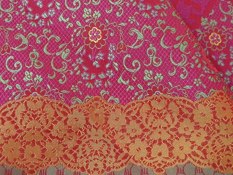 Tissu satine motifs tisses fuchsia et or inspiration indienne 2