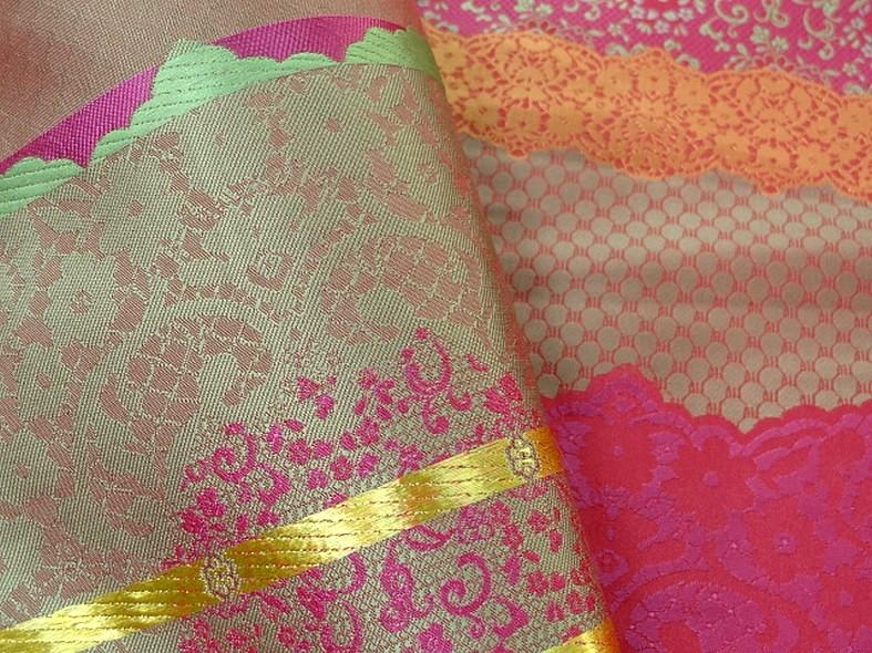 Tissu satine motifs tisses fuchsia et or inspiration indienne 4