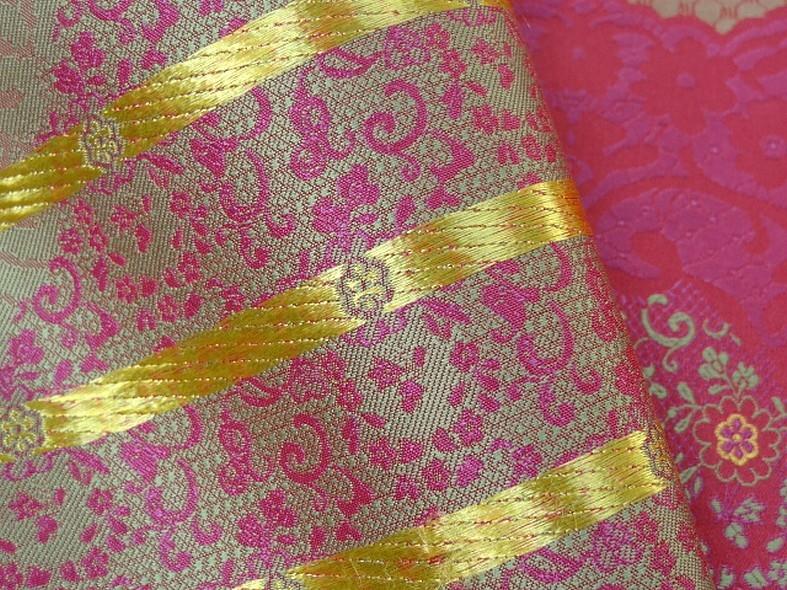 Tissu satine motifs tisses fuchsia et or inspiration indienne 5