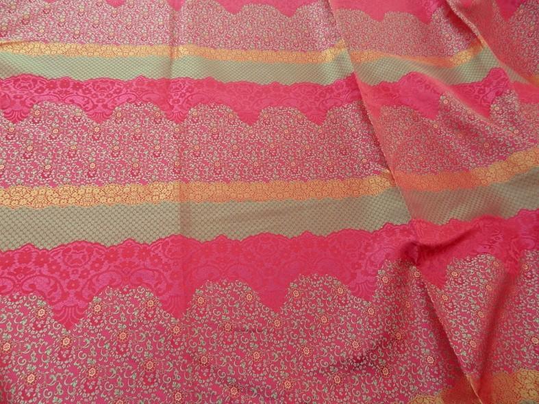 Tissu satine motifs tisses fuchsia et or inspiration indienne 6