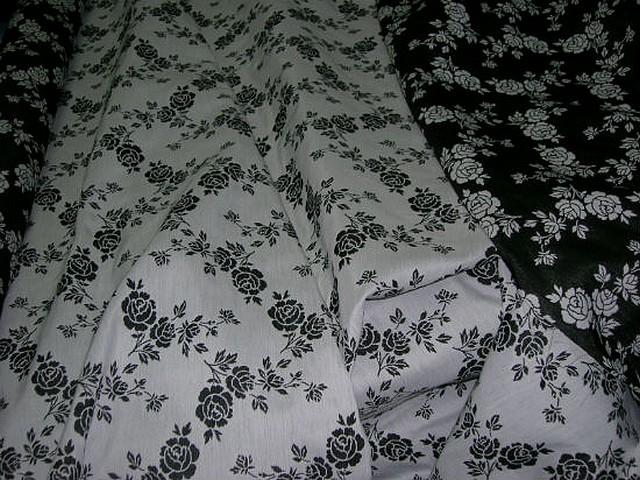 Tissu tapissier damasse noir blanc fleuri